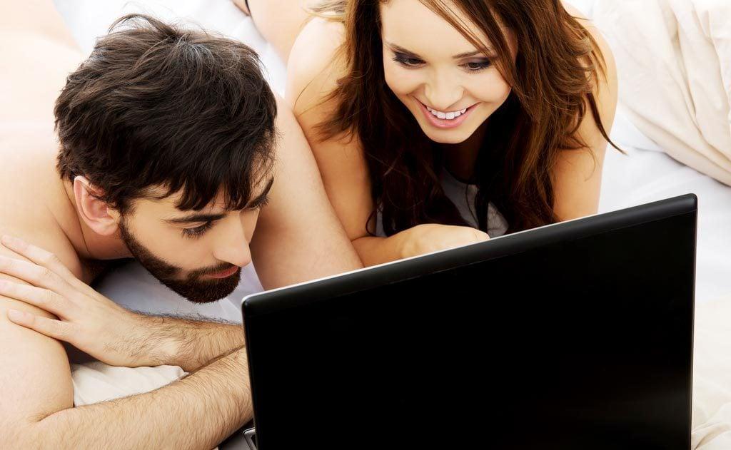 couple-watching-omooni